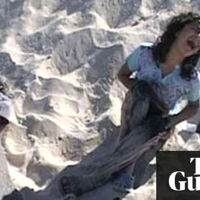هدى غالية أمام والدها الذي قتله الاحتلال في بحر غزة