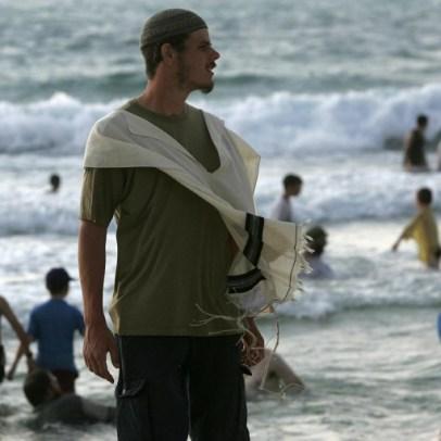 مستوطن يقف أمام بحر غزة