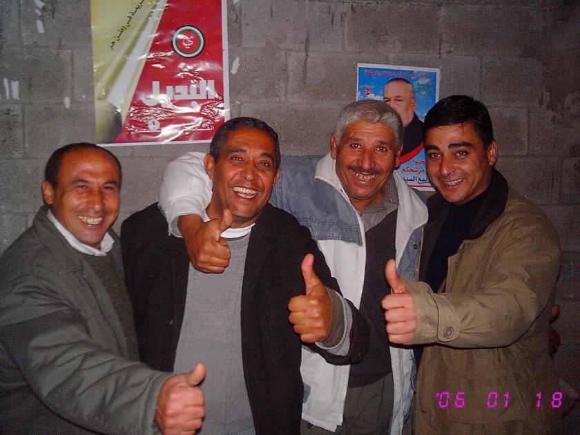 زياد عاشور مع رفاقه
